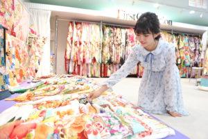 熊谷店で振袖を選ぶ女の子