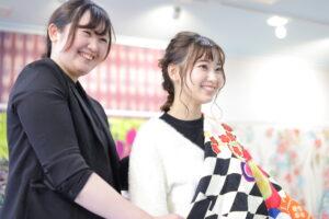 ファーストコレクション熊谷行田店で振袖を選ぶ女の子