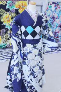 紺の振袖と市松の帯を付けたコーディネート