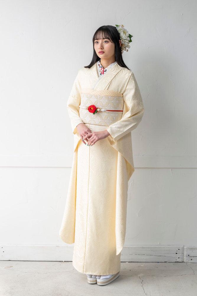 シンプルなコーディネートの白い無地振袖を着た女の子