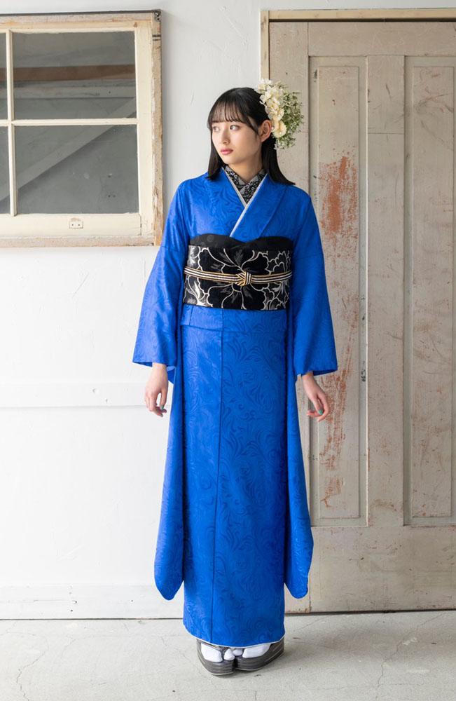 黒ベースのシンプルなコーディネートの青い振袖を着た女の子
