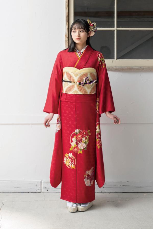 柄の少ない赤い振袖を着た女の子