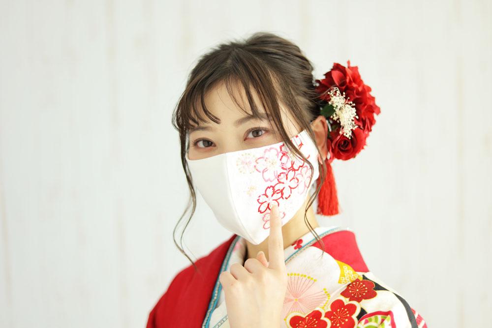 晴れ着マスクをつけた女の子